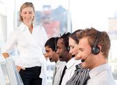 Blij manager leidt haar vertegenwoordiger team — Stockfoto