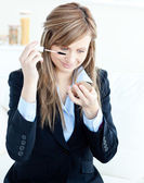 Beautiful businesswoman put her eye makupe-up on — Stock Photo