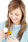 Pílulas de exploração jovem doente — Foto Stock