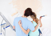 Young couple looking at a painted wall — Stock Photo