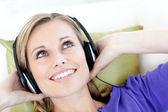 радостная женщина, слушать музыку в гостиной — Стоковое фото