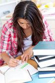 Mujer joven haciendo sus deberes — Foto de Stock
