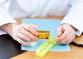 一位医生给病人吃药的特写 — 图库照片