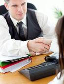 Empresario guapo cerrando un trato con un apretón de manos — Foto de Stock