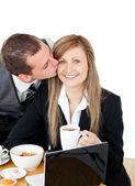 Jeune homme d'affaires, embrasser sa copine ravie — Photo