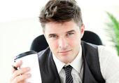 Serio imprenditore che bere il caffè in ufficio — Foto Stock