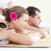 Casal jovem alegre, desfrutando de um tratamento de spa — Foto Stock