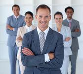 Affärschef står i office leder sitt lag — Stockfoto