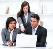 Biznesu międzynarodowego zespołu pracującego przy komputerze — Zdjęcie stockowe