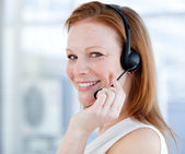улыбается продаж представителя женщина с гарнитурой — Стоковое фото