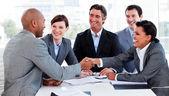 Multietniska business hälsning varandra — Stockfoto