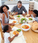 Famille souriante à manger ensemble — Photo