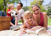 快乐年轻的家庭享受野餐 — 图库照片