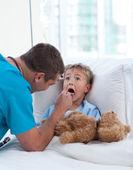 男性医師試験子喉 — ストック写真