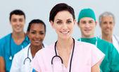 Kobieta lekarz stojących przed zespołem — Zdjęcie stockowe