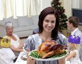 Kobieta wyświetlono boże narodzenie turcja na rodzinny obiad — Zdjęcie stockowe
