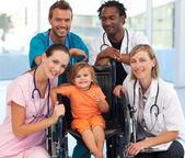 группа врачей с ребенком в коляске — Стоковое фото