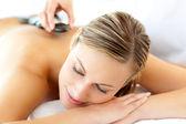 Atraktivní žena s masáž — Stock fotografie
