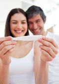 Veselý pár zjistit výsledky těhotenského testu — Stock fotografie