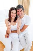 Nadšený pár zjistit výsledky těhotenského testu — Stock fotografie