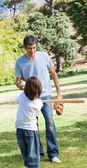 Baba ve oğlu beyzbol oynayan — Stok fotoğraf