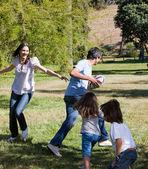 Geanimeerde familie spelen rugby — Stockfoto