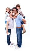 慈爱的父母给他们的孩子背驮式搭 — 图库照片