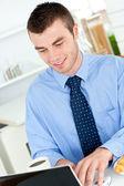 台所でラップトップを使用して魅力的なビジネスマン — ストック写真