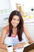 Leuke vrouw met behulp van een laptop in de keuken — Stockfoto