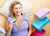 счастливая женщина расслабляющий после покупки окружении сумки на дому — Стоковое фото