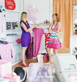 Teen women choosing clothes together — Stock Photo