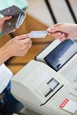 Primo piano di una donna adolescente pagando con la sua carta di credito — Foto Stock