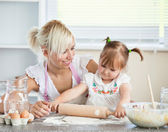Simper mother and child baking cookies — Stock Photo