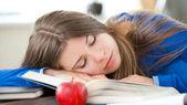 Giovane ragazza dorme in salotto — Foto Stock