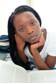 Söt kvinna läser en bok — Stockfoto