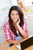 Mujer encantadora usando laptop — Foto de Stock