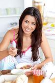 Sorridente mulher asiática comer muesli com frutos — Foto Stock