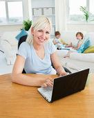блондинка мама, используя ноутбук — Стоковое фото