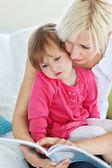 Moeder en dochter lezen van een boek — Stockfoto