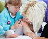 Matka, dbanie o jej małe dziecko — Zdjęcie stockowe