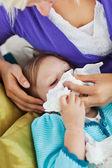 мать заботиться о её больного ребенка — Стоковое фото