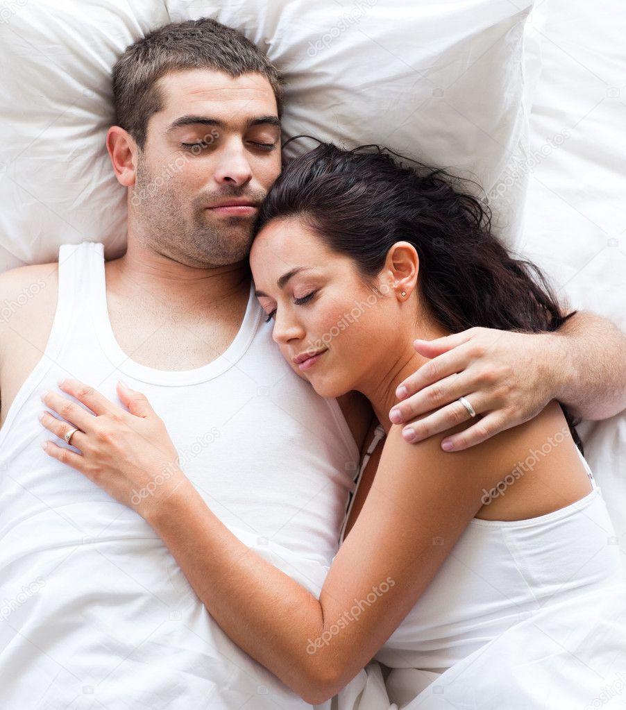 Coppia di innamorati sdraiati a letto foto stock - Foto di innamorati a letto ...
