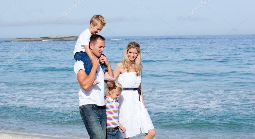 Imagen De Una Familia Feliz Animada: Familia Animada Caminar Sobre La Arena