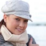 retrato de uma jovem bonito com chapéu e cachecol em pé na praia — Foto Stock