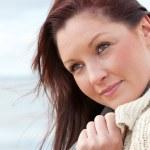 Ritratto di una bella donna in piedi di fronte all'oceano — Foto Stock #10835252