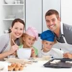 pais e childrnbaking junto na cozinha — Foto Stock