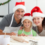 glückliche Familie vorbereiten Weihnachtsplätzchen — Stockfoto
