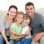 3d - tvfamiglia felice, seduta sul divano — Foto Stock #10838568