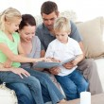 família feliz olhando um álbum de fotos sentados juntos no li — Foto Stock
