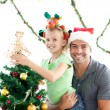 Happy father and daughter decorating together the christmas tree — 图库照片